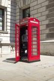 Phonebox público vermelho tradicional Westminster Parliament Square, Westminster, Londres, Inglaterra, imagens de stock royalty free