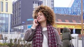 Phonecall in der Stadt stock video