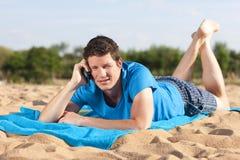 Phonecall sulla spiaggia Immagini Stock