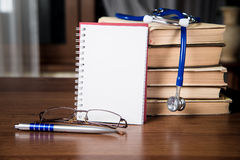 Phonendoscope Disques médicaux, livres Photo stock