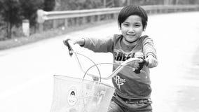 Phong Nha,越南12月12,2016 :从Phong Nha近处的孩子是在兴趣在与外国人联系上 影视素材