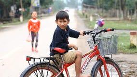 Phong Nha,越南12月12,2016 :从Phong Nha近处的孩子是在兴趣在与外国人联系上 股票视频