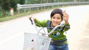 Phong Nha, 12,2016 Vietnam-December: De kinderen van de nabijheid van Phong Nha zijn in rente in het contacteren van een vreemdel stock video