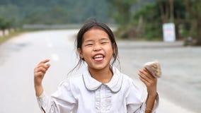 Phong Nha, Vietnam-Dezember 12,2016: Kinder von der Nähe von Phong Nha sind im Interesse, an, mit einem Ausländer in Verbindung z stock footage