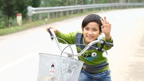 Phong Nha, Vietnam-diciembre 12,2016: Los niños de la vecindad de Phong Nha están en interés en entrar en contacto con a un extra almacen de video