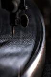 Phonographe de vintage jouant un vieux disque Photographie stock libre de droits