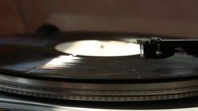 Phonographe gris le disque noir tourne Dans les rayons de la lumi?re banque de vidéos