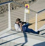 Phoographer moderno di stile della via di modo che prende le foto sullo streptococco Fotografia Stock Libera da Diritti