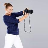 Phoptographer fêmea novo consideravelmente vivo Fotografia de Stock Royalty Free
