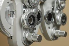 Phoropter optisch apparaat om de visie van menselijk oog te meten stock foto's