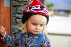 Phote eines netten kleinen Mädchens, das an der Tür klopft Irgendwo in Neuseeland Lizenzfreie Stockfotografie
