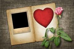 Photo à l'ancienne avec le coeur de papier rouge avec la rose de rose Photos stock