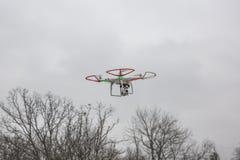 Photo éditoriale d'un bourdon fantôme de DJI en vol avec une édition montée de noir de GoPro Hero3 Images stock