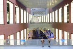 Photo éditoriale des personnes voyageant par chemin de fer dans la station de central d'Anvers Photo stock