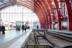 Photo éditoriale des personnes voyageant par chemin de fer dans la station de central d'Anvers Image libre de droits