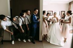 Photo émotive des couples et de leurs amis fous Images stock