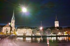 Photo étonnante de nuit de rivière de Zurich et de Limmat, Suisse Photographie stock libre de droits