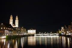 Photo étonnante de nuit de rivière de Zurich et de Limmat, Suisse Images stock