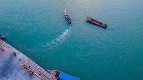 Photo a?rienne courbe des ports et bateaux qui sont outre de rivage photos stock