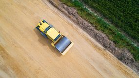 Photo aérienne d'un rouleau de vapeur sur un chantier de construction Photographie stock libre de droits