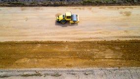 Photo aérienne d'un rouleau de vapeur sur un chantier de construction Photographie stock