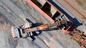Photo aérienne d'une excavatrice sur une voie ferrée photo stock