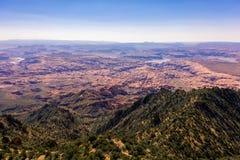 Photo aérienne de bourdon - beau Henry Mountains dans le désert de l'Utah Lac Powell dans la distance images stock