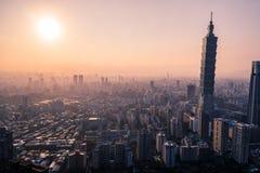 Photo aérienne de bourdon - coucher du soleil au-dessus d'horizon de Taïpeh taiwan Le gratte-ciel de Taïpeh 101 a comporté photo libre de droits