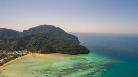 Photo aérienne de bourdon de partie occidentale du nord d'île tropicale iconique de Phi Phi image libre de droits