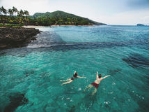 Photo aérienne de jeunes couples en vacances nageant dans l'océan Photos libres de droits
