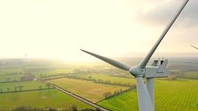 Photo aérienne des turbines de vent au coucher du soleil dans la campagne française image stock