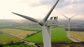 Photo aérienne des turbines de vent au coucher du soleil dans Sainte Pazanne image libre de droits