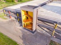 Photo aérienne du stationnement à multiniveaux vide moderne de voiture avec l'emergen images libres de droits