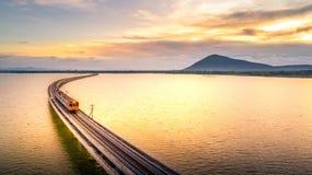 Photo aérienne que le train court sur le pont au-dessus de la PA Sak de lac Photographie stock libre de droits
