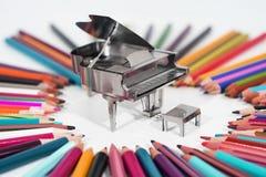 Photo abstraite de la musique Petit piano en métal avec le carnet Photo stock