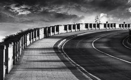 Photo abstraite de route sale en noir et blanc, rue de granit, photo noire et blanche, diagonale manière, route, colonnes, diagon Photos libres de droits
