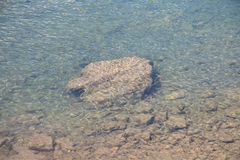 Photo arge rock on the river bottom Royalty Free Stock Photography