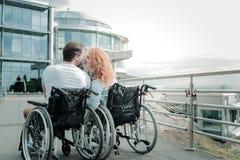 Photo arrière de vue des personnes invalides tout en embrassant Images libres de droits