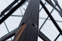 Photo atmosphérique de plan rapproché de la tour à haute tension de transmission couverte de gelée se tenant sur le ciel gris Photo stock