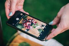 Photo au téléphone portable Vue supérieure du fromage blanc avec de la confiture de baie avec le cassis frais, un verre de lait e Image stock