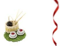 Photo avec deux tasses miniatures, mini panier et décorations Photo libre de droits