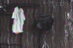 Photo avec l'effet de problème Conception d'intérieur de grenier de vestiaire Metal la foudre de mur et de cinéma et le T-shirt b photographie stock libre de droits