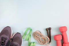 Photo avec l'endroit pour le texte Espadrilles, haltères et une corde de saut Photographie stock