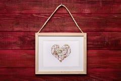 Photo avec un coeur sur un mur en bois Photos libres de droits