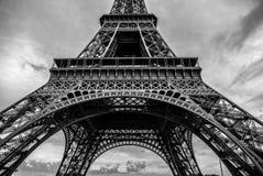 photo blanc noir de pièce en gros plan d'élément de Tour Eiffel à Paris contre le ciel crépusculaire dramatique à l'heure d'été d Image libre de droits