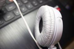 Photo blanche d'écouteurs Image libre de droits