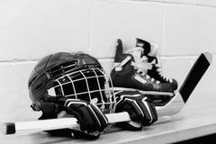 Photo blanche et noire de vitesse d'hockey du ` s de fille : casque, gants, bâtons, patins avec des dentelles Photo libre de droits