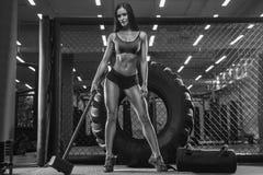 Photo blanche noire Une jeune brune sexy, un bodybuilder d'athlète photos stock