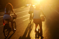Photo brouillée des cyclistes au coucher du soleil Images libres de droits
