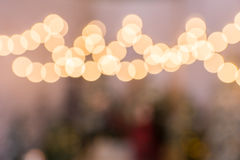 Photo brouillée des lampes-torches en parc couvert de neige Photo stock